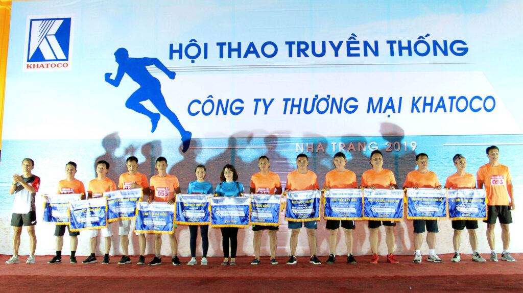 Đại diện 11 đội thi và team khách mời